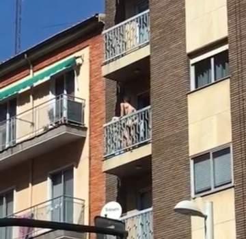 بالفيديو .. عاشقان يمارسان الجنس عاريين على شرفة منزلهما