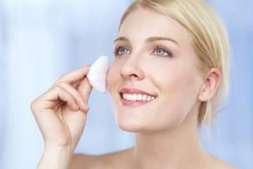 تنظيف الوجه بالمياه والصابون ليس كافياً وهذا الحل