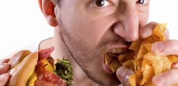 ممثل مصري يتعرّض للسخرية بسبب طريقته في الأكل.. بالصورة