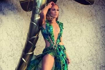 """جينيفر لوبيز تختتم عرض """"versace"""" في ميلانو بفستان ارتدته قبل 20 سنة - بالفيديو"""