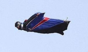 """بالفيديو - """"سوبرمان"""" حقيقي حلق الى جانب طائرة مليئة بالركاب"""