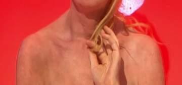 نجمة تصدم محبيها وتظهر من دون ثياب في برنامج تعري مباشرة على الهواء- بالصورة