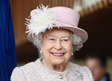 الملكة إليزابيث الثانية تظهر بالكمامة علناً لأول مرة - بالصور