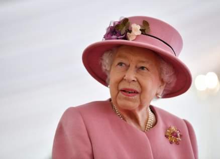 هذا ما تضعه الملكة إليزابيث الثانية في حقيبة يدها.. بالصور