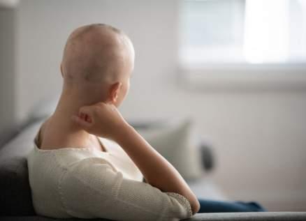 إعلامية مصرية شهيرة تعلن إصابتها بالسرطان وتظهر حليقة الرأس.. بالصورة
