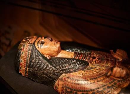 علماء يكتشون قطعة أثرية غريبة داخل مومياء مصرية
