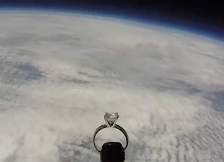 طيار يرسل خاتم خطوبة لحبيبته من الفضاء- بالفيديو
