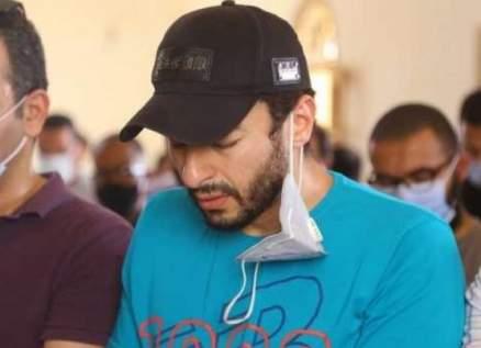 حمادة هلال ينهار خلال تشييع جثمان والدته.. بالفيديو