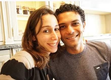 زوجة آسر ياسين تنهار في دفن والدتها وهو يواسيها -بالصور