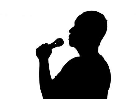 مغني أميركي شهير يفارق الحياة خلال غنائه على المسرح-بالصورة