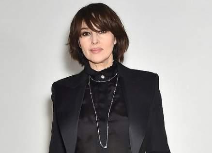 مونيكا بيلوتشي تشع أنوثة وجمالاً في أسبوع الموضة في باريس