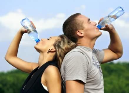 طبيب تركي يكشف علاقة شرب الماء بالوقاية من فيروس كورونا