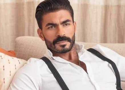 """بالفيديو - خالد سليم يستعرض ملابسه في تحدي """"اللي فات مات"""""""