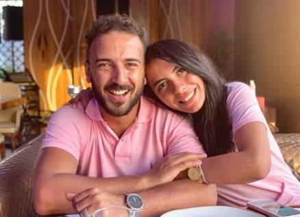 محمد مهران يعايد زوجته بعيد ميلادها وهكذا عبر عن حبه لها- بالصورة