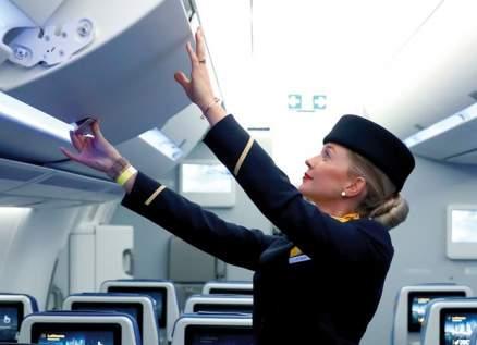 ظاهرة غريبة توثقها مضيفة طيران  في الجوّ – بالفيديو