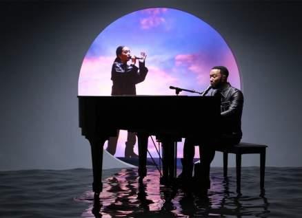 فوزية وجون لجند يغنيان للمرة الاولى Minefields بحضورهما على المسرح