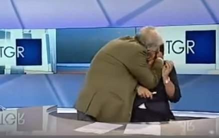 ممثل ايطالي يهجم على مذيعة ويقّبلها من دون اذنها مباشرة على الهواء- بالفيديو