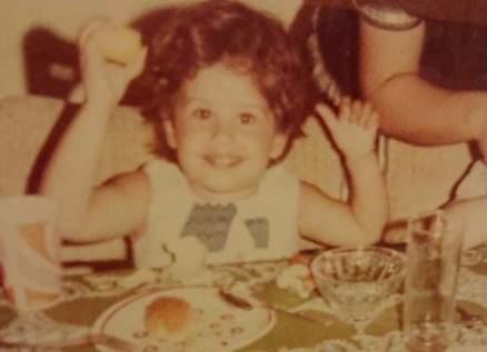 خمنوا من هذه الطفلة التي أصبحت إعلامية لبنانية شهيرة
