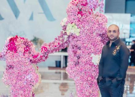 آدم عفارة يكرم الأم في عيدها بمجسم ضخم من 5000 وردة.. بالصور