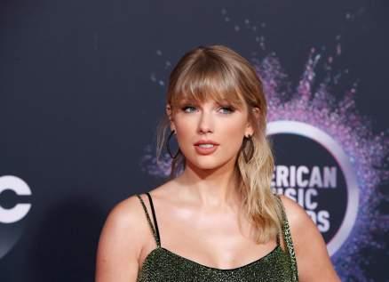 """تايلور سويفت تسيطر على صدارة قائمة """"Billboard 200"""" بألبومها """"Evermore"""""""