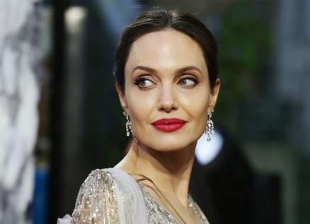 هكذا تتخطى أنجلينا جولي أزمة طلاقها من براد بيت