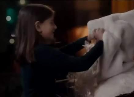 رغم قساوته.. مشهد زوجة شربل كرم وإبنتهما يجسد معاني الميلاد