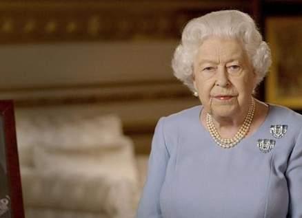 الملكة إليزابيث تضحك على موقف طريف لعريف في القوات المسلحة البريطانية-بالفيديو