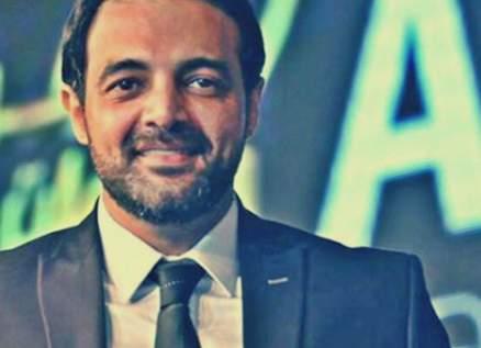 """جدال بين عمرو محمود ياسين وأحد متابعيه بسبب """"ونحب تاني ليه"""""""