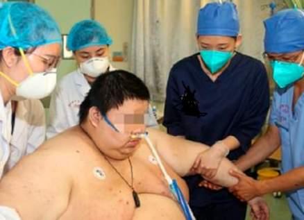 بسبب خوفه من فيروس كورونا.. زاد وزنه 100 كيلوغراماً- بالفيديو