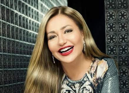 بالفيديو- ليلى علوي ترقص في حفل عمرو دياب