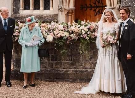 قصر بكنغهام يكشف حكاية فستان الأميرة بياتريس والتاج في زفافها