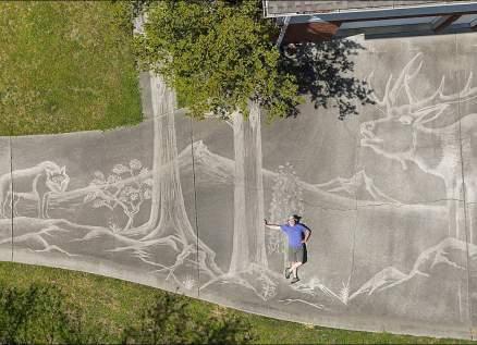 فنان يرسم لوحة عملاقة بالمياه بطريقة مدهشة.. بالفيديو