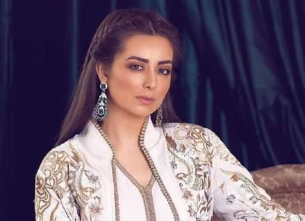 هبة مجدي تتعرّض للإنتقادات لإخفائها وجه إبنتها.. بالصورة
