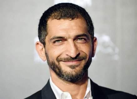 الحكم بسجن عمرو واكد 6 أشهر بتهمة التهرّب الضريبي.. وهو يعلّق