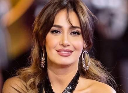 بالصورة- بعد خلعه.. عودة حلا شيحة إلى الحجاب