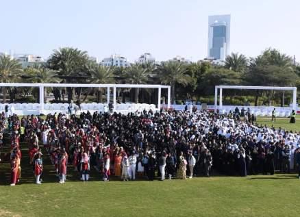 """الإمارات تدخل موسوعة غينيس بـ""""أطول سلسلة تصافح بالأيدي"""" في العالم.. بالفيديو"""