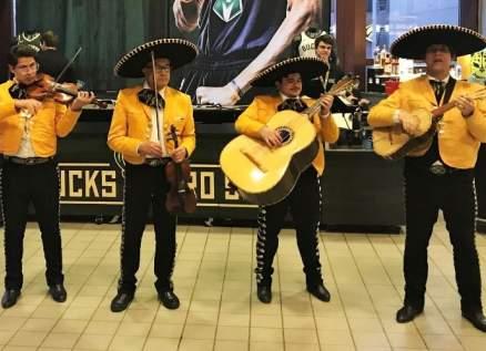 فرقة موسيقية مكسيكية ترفه عن الأطباء والمصابين بفيروس كورونا-بالفيديو