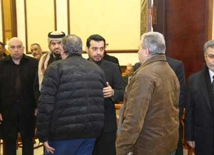 دموع إيهاب توفيق تخونه في عزاء والده وحسين الجسمي يتقبل معه التعازي .. بالصور