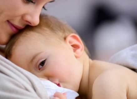 إكتشاف فيروس كورونا في حليب أم ترضع طفلها