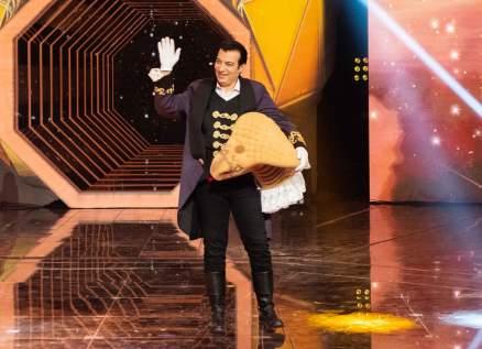 """إيهاب توفيق يفوز بالموسم الأول من """"The Masked Singer"""" بعد منافسة مع أمل بوشوشة ووعد.. بالصور"""