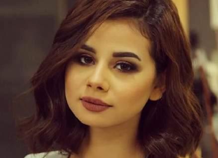 منة عرفة تصدم المتابعين بشكلها الجديد..شعر أحمر وشفاه منتفخة-بالصور