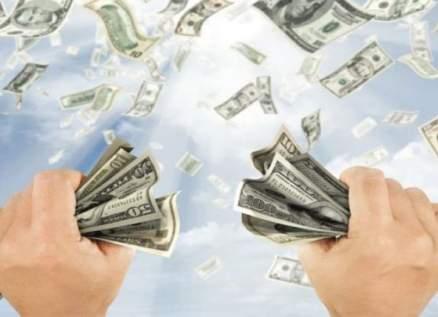 من الطابق الـ30 رجل ينثر كمية كبيرة من النقود