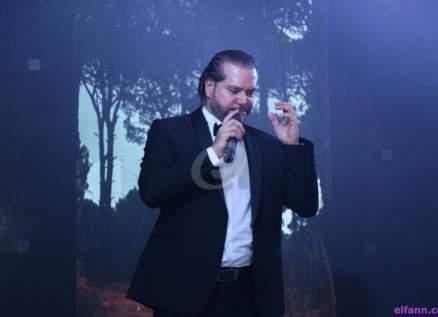 بالفيديو- هاني العمري يغني ويعايد الأمهات في عيدهنّ