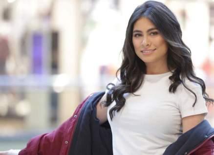 هاجر أحمد بإطلالة لافتة وفستان بألوان داكنة - بالصورة