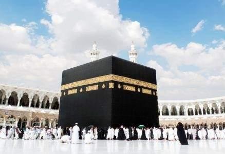 بعد الصور الفاضحة لها ..فنانة تعلن إعتزالها وتوبتها وتؤدي مناسك العمرة