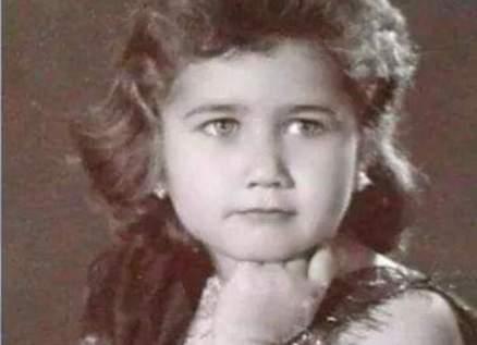هذه الطفلة أصبحت مطربة عربية مشهورة..خمنوا من هي؟