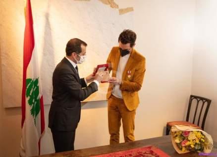 خاص بالصور- السفير عدوان يقلِّد الفنان Mika وسام الاستحقاق من الدرجة الفضية
