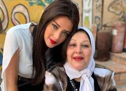 خاص الفن-رضوى الشربيني وشقيقها يحضران جنازة والدتهما وهما مصابان بكورونا