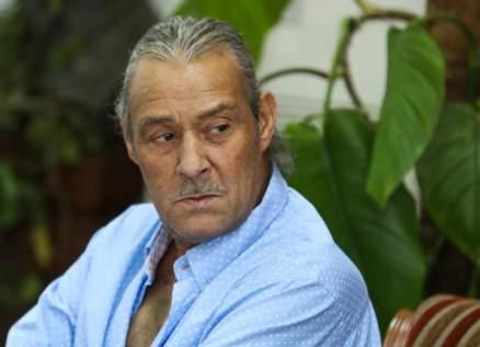 ممثل مصري يؤدي فريضة الحج والعمرة عن الراحل فاروق الفيشاوي-بالفيديو