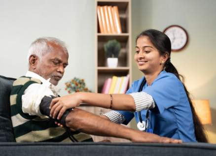 """""""عطايا"""" تكرم الممرضين المتفانين بمناسبة اليوم العالمي للتمريض"""